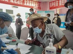 """千里送""""苗""""——中国新冠疫苗持续接力运往偏远地区,到达稻城县"""